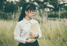 singur la scoala